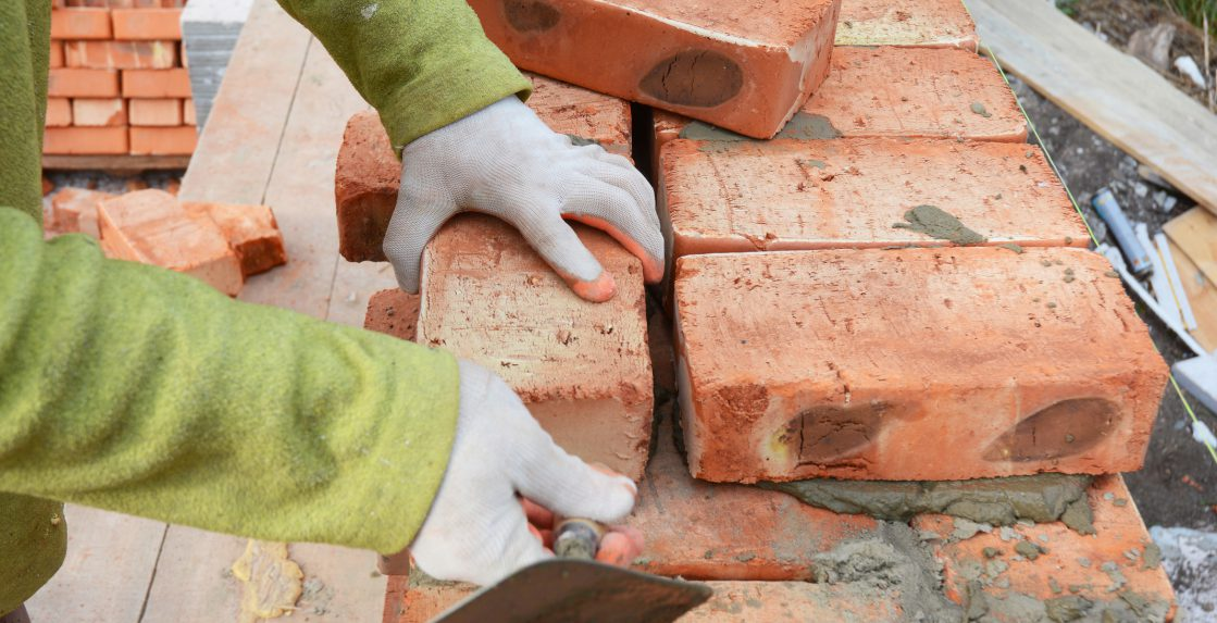 Bricklayers-hands-in-masonry-gloves