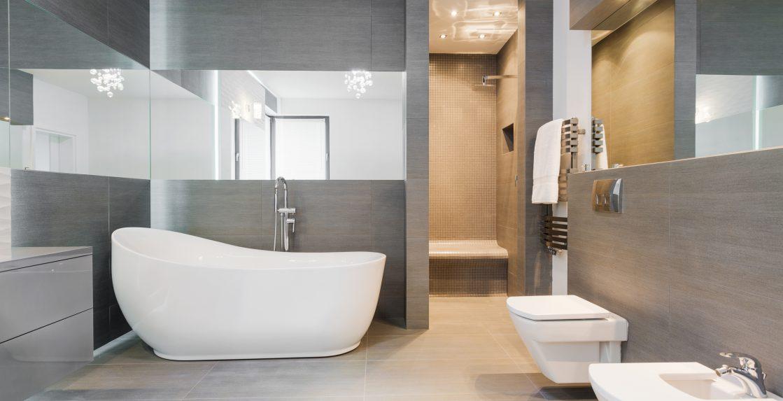 Freestanding-bath-in-modern-bathroom